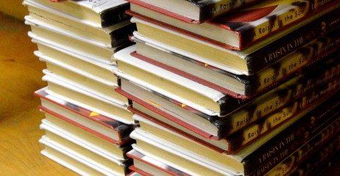 山積みにされた書籍