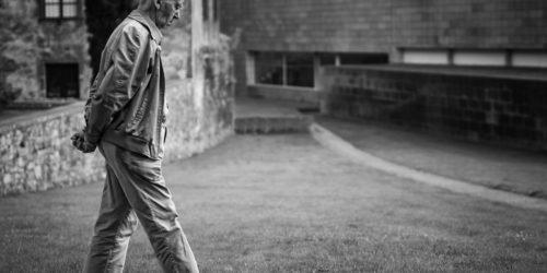 街を歩く老人